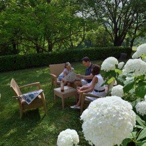 Famille détente jardin